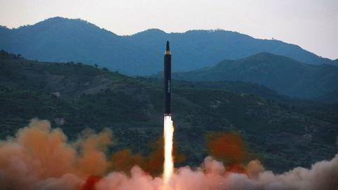 Foto datert 14. mai og som ifølge nordkoreanske myndigheter viser en Hwasong-12-rakett under prøveoppskyting.