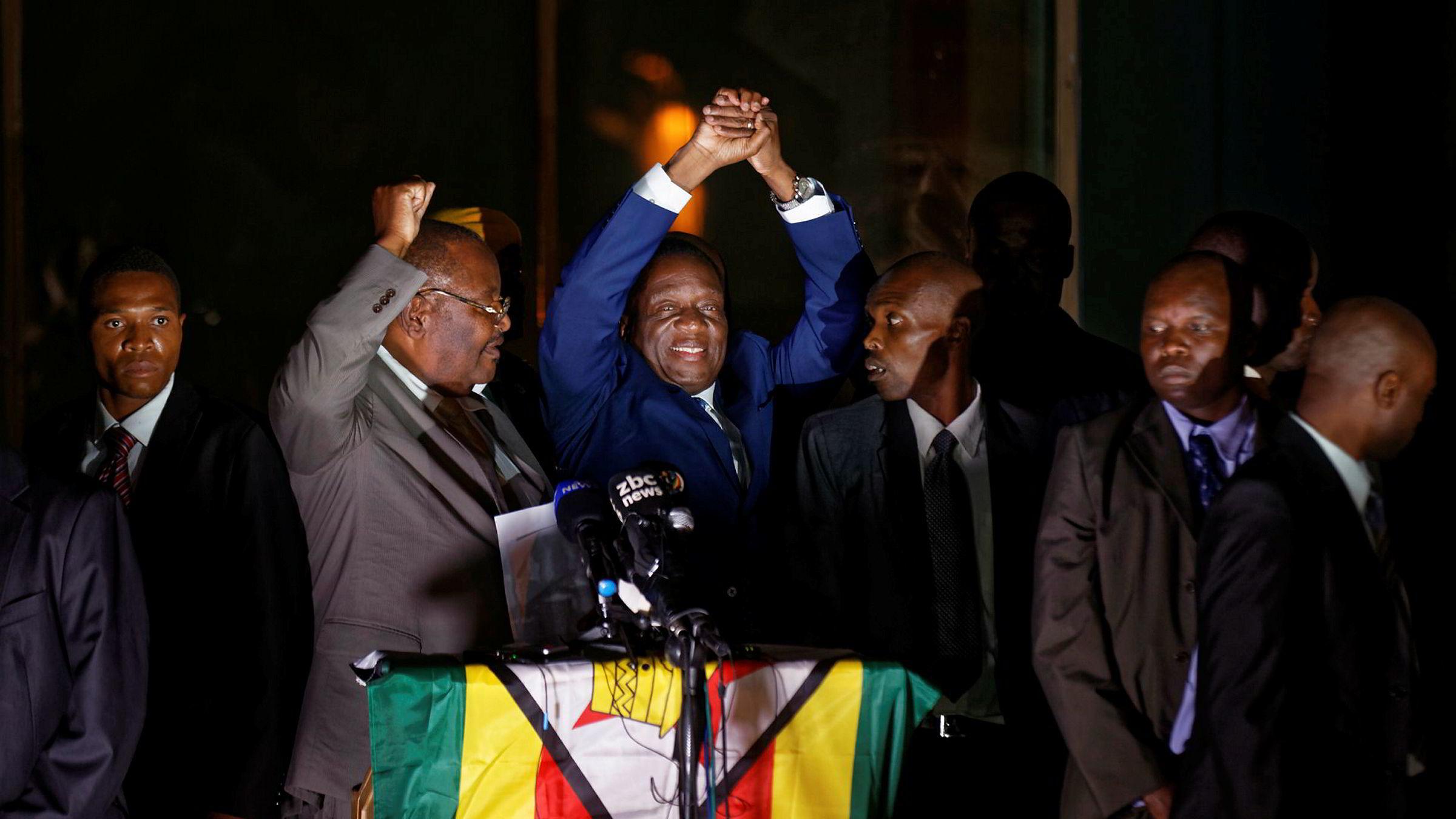 Zimbabwes påtroppende president Emmerson Mnangagwa møter tusenvis av tilhengere utenfor regjeringspartiets kontorer i Harare.