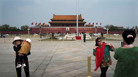 Rosen av kommunistregimet spiller rett inn i Beijings forsøk på å styrke sin internasjonale standing. Til tross for at viruset oppstod i Kina, skriver Trine Skei Grande i innlegget. Turister fra landsbygden poserer på Tiananmen Square i Beijing.