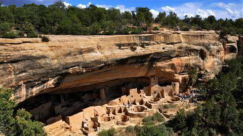 Bosetning på strategiske forsvarsposisjoner som utilgjengelige fjellhyller var en tilpasning til de intense konfliktene som oppsto ved forlenget tørke på 1200-tallet. Her Cliff Palace i Meso Verde, USA.