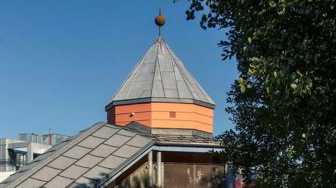 Postmoderne I. På Holmlia tegnet Henriksen tidlig i 1980-årene en av sine mest berømte stasjoner – inspirert av hans italienske kollega Aldo Rossi, som i likhet med nordmannen var glad i tårn.