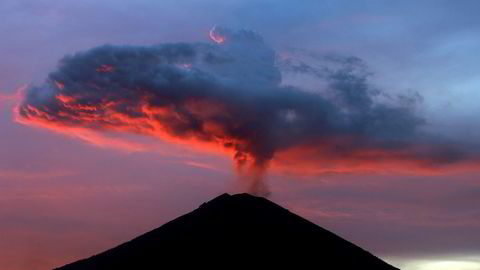 Flere vulkaner i Stillehavsregionen har begynt å røre på seg. Som Agung på Bali (bildet) som i helgen spydde ut en flere kilometer høy askesky.