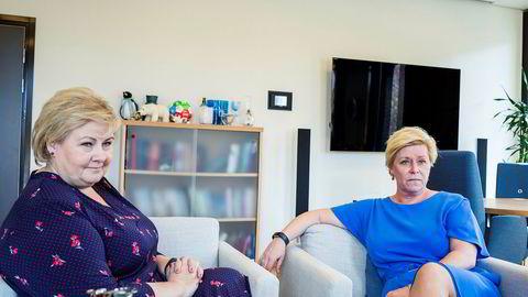 Erna Solberg og Siv Jensen er ikke lenger på samme regjeringslag, slik de var da dette bildet ble tatt fjor, men i går møttes de igjen på Statsministerens kontor for å snakke om praktiske forhold rundt bruddet og veien videre.