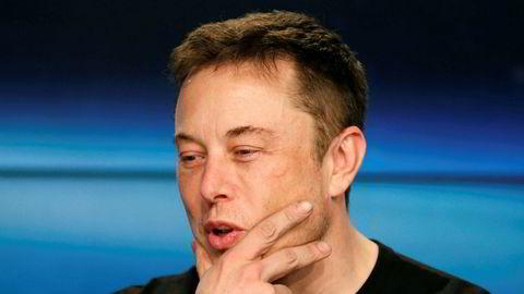 Tesla-sjef Elon Musks oppførsel på telefonkonferansen onsdag kveld blir beskrevet som bisarr av amerikanske medier.
