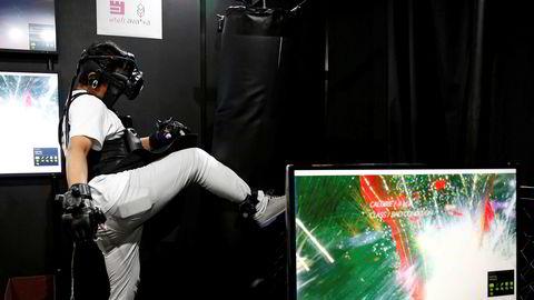 Japan er inne i den lengste sammenhengende konjunkturoppgangen på 16 år, mye takket være sterk eksport av biler og elektronisk utstyr. Nikkei-indeksen ved Tokyo-børsen var i forrige uke på det høyeste siden 1991. Denne uken er imidlertid nervøsiteten tilbake i markedet. A man wearing Virtual Reality devices demonstrates Atali Inc's Particle Fighter at VR/AR World during Content Tokyo expo in Tokyo, Japan June 28, 2017. REUTERS