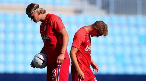 Norge spilte sin siste fotballandskamp mot Hellas 6. juni. Det endte med 1-2-nederlag for Erling Braut Haaland (til venste), Martin Ødegaard og de øvrige norske spillerne.