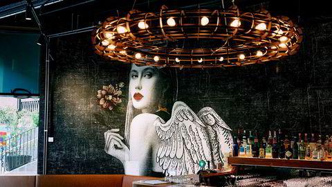 Eksotisk engel på veggen, og «Tri Ky» skal ifølge eierne bety «sjelevenn» på norsk.
