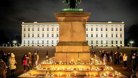 Inskripsjonen «Folkets kjærlighed – min belønning» på Karl Johan-statuen på Slottsplassen skapte en naturlig rammet for det provisoriske minnestedet for forfatteren Ari Behn, som tok sitt eget liv 25. desember.