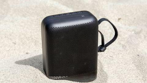 Beoplay P6 er en liten høyttaler med stort trykk. Over 215 watt med lyd pumpes ut av grillene på hver side av høyttaleren.
