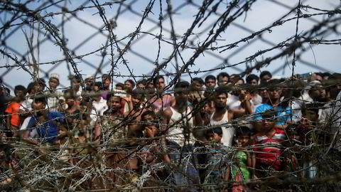 Rohingya-flyktninger samlet bak piggtråd i en midlertidig leir i ingenmannsland, på grensen mellom Myanmar og Bangladesh.