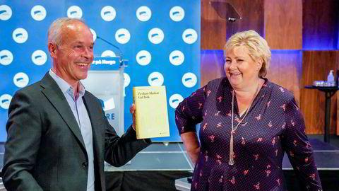 Statsminister Erna Solberg overrakte finansminister Jan Tore Sanner boken «Gul bok» av Zeshan Shakar tirsdag.