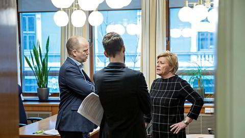 Trygve Slagsvold Vedum (SP), Bjørnar Moxnes (R) og Siv Jensen (FrP) under møtet mellom de parlamentariske lederne på Stortinget for å bli enige om krisepakkt.