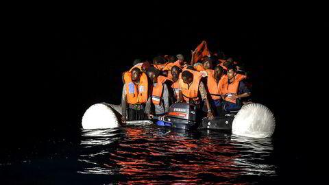 EU skal ha en streng, men snill asylpolitikk. Grensene skal voktes, men på en måte som muliggjør fortsatt båtmigrasjon, skriver artikkelforfatteren. Her flyktninger under en redningsaksjon i Middelhavet den 5. november 2017 utenfor Libyas kyst.