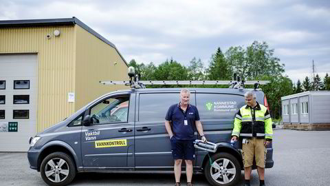 Driftsleder for vann og avløp Jarl Magne Grefstad og arbeidsleder for vann Tore Svoren i Nannestad viser frem vannsprederen de konfiskerte på vannkontroll. Nå er det totalforbud mot vanning i kommunen.