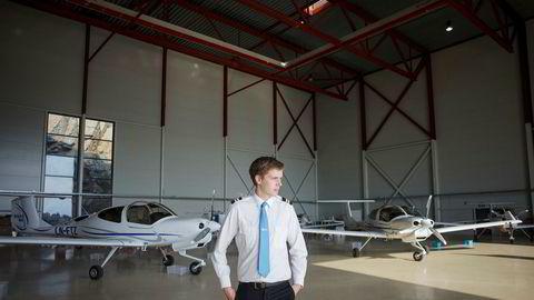 Thomas Skjennum Johnsen er ferdig utdannet pilot ved Pilot Flight Academy på Torp denne sommeren, og har nettopp begynt å søke etter jobb. Han er forberedt på å jobbe noen år i utlandet – og selv betale for såkalt «utsjekk» til å fly en bestemt flytype.