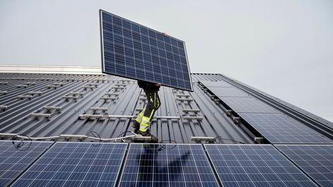 At solkraft er ønskelig, er det liten tvil om. Men at de skal subsidieres over nettleien er mindre ønskelig, skriver innleggsforfatteren.