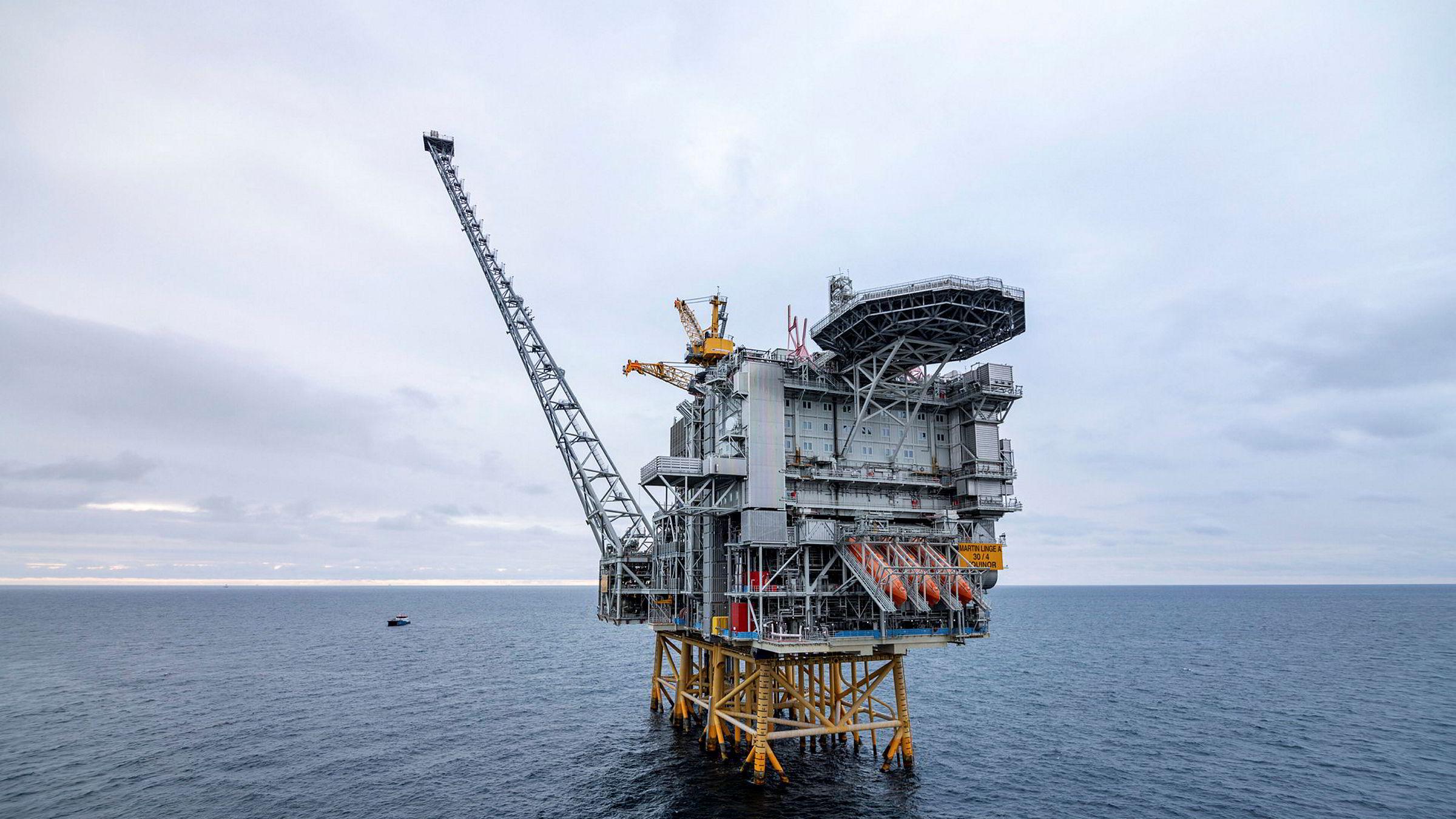 Forslaget om skatteendringer gjør at selskapene får lønnsomhet i prosjekter der de samlede driftsinntektene utgjør bare litt mer enn 55 prosent av investeringskostnadene, skriver Diderik Lund og Knut Einar Rosendahl i innlegget. Her: Martin Linge-plattformen i Nordsjøen