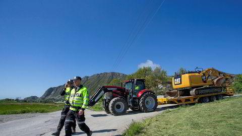 Politiet passer på at anleggmaskiner kommer frem til tross for protester mot det planlagte vindkraftverket på Haramsøy. Bildet er fra mai i år.