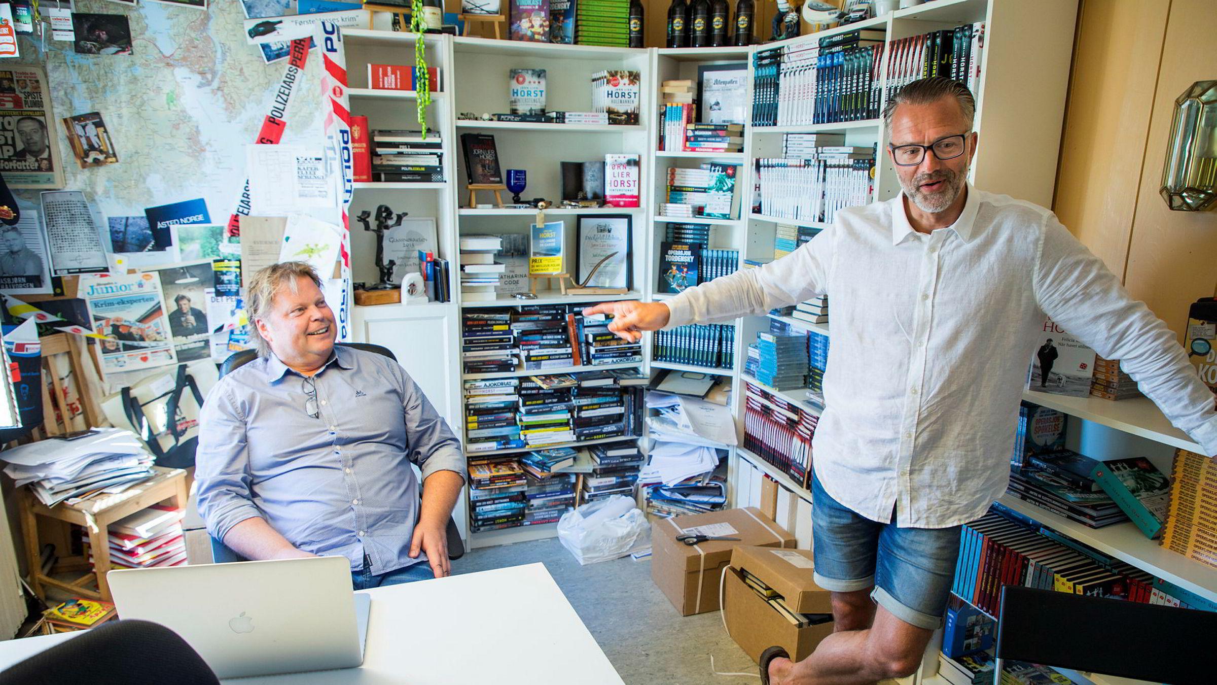 Forfatteren Jørn Lier Horst (til venstre) i sin skrivestue med medforfatter Thomas Enger. De har stor salgssuksess med krimromanen «Nullpunkt». Boken er også første utgivelse på Horsts nyopprettede forlag Capitana.