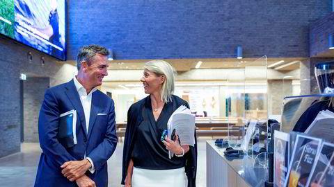 DNB-sjef Kjerstin Braathen (til høyre) la mandag frem et overskudd som var flere milliarder kroner bedre enn ventet, og det skyldes blant annet lavere tap enn ventet. Bankens leder for storkunder, Harald Serck-Hanssen, ble beroliget tidlig i mai.