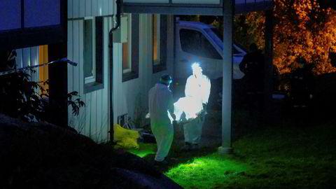 Politiet i Kristiansand har åpnet drapsetterforskning etter at en mann i 40-årene ble funnet død i boligen sin lørdag.