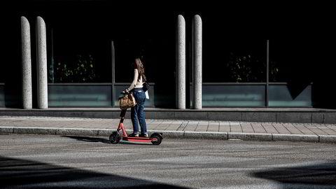 Artikkelforfatterne forteller om et hackerangrep hvor noen via Bluetooth tar kontroll over elsparkesykkel i fart.