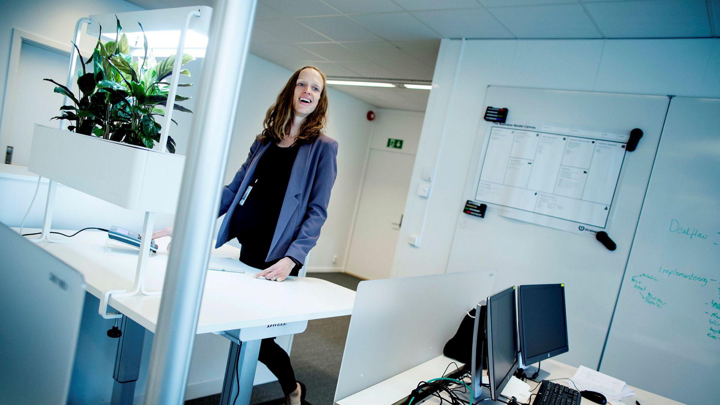 Innovasjonsdirektør Ragnhild Ulvik i Statoil tror at det å gå kan stimulere kreative prosesser. På kontoret på Fornebu har hun tredemølle.