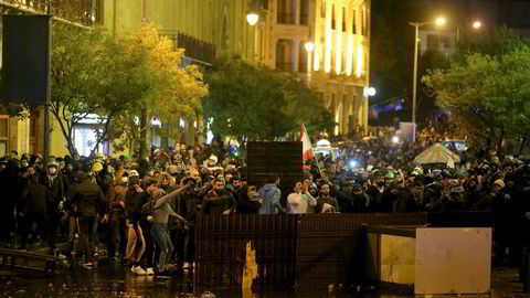 Fra de voldsomme demonstrasjonene i Beiruts gater søndag. Tirsdag kom meldingen om at landet har fått ny regjering.