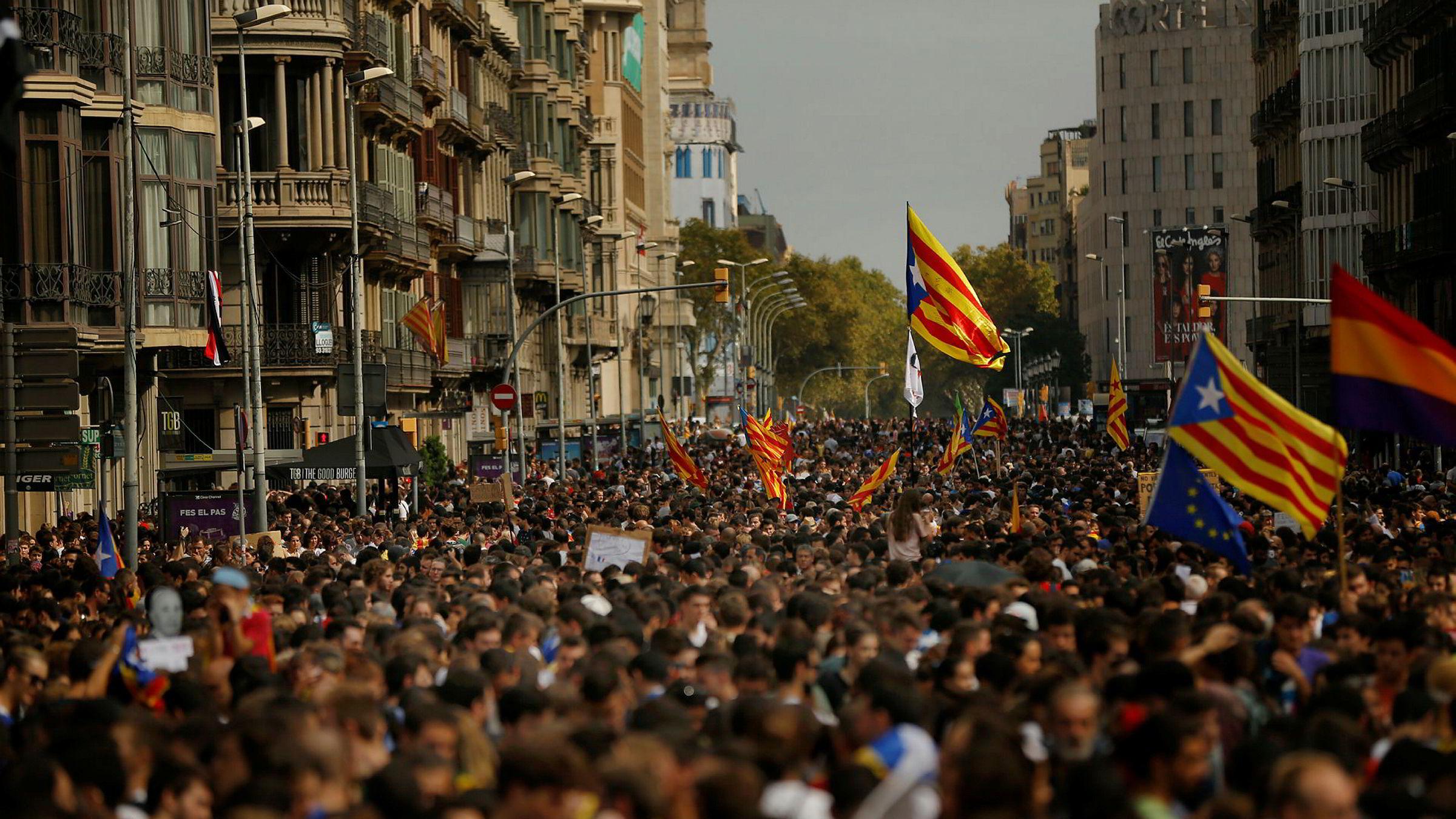 Demonstrators med Catalonias uavhengighetsflagg «estelada» tidligere denne uken
