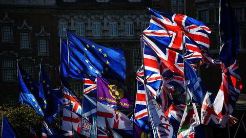 Demonstranter fra begge sider er på plass foran parlamentet i London foran mandagens debatt og avstemning om nyvalg.