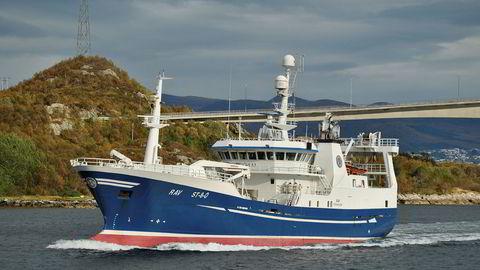 Fisketråleren «Rav» ble omdøpt til «Santiago» da den ble kjøpt av det Curaçao-registrerte rederiet Light Power Santiago i 2018. Under handelen ble et millionbeløp stjålet. Bildet er tatt i Flåvæleia på Sunnmøre i 2012. (Foto: Arne Sognnes)