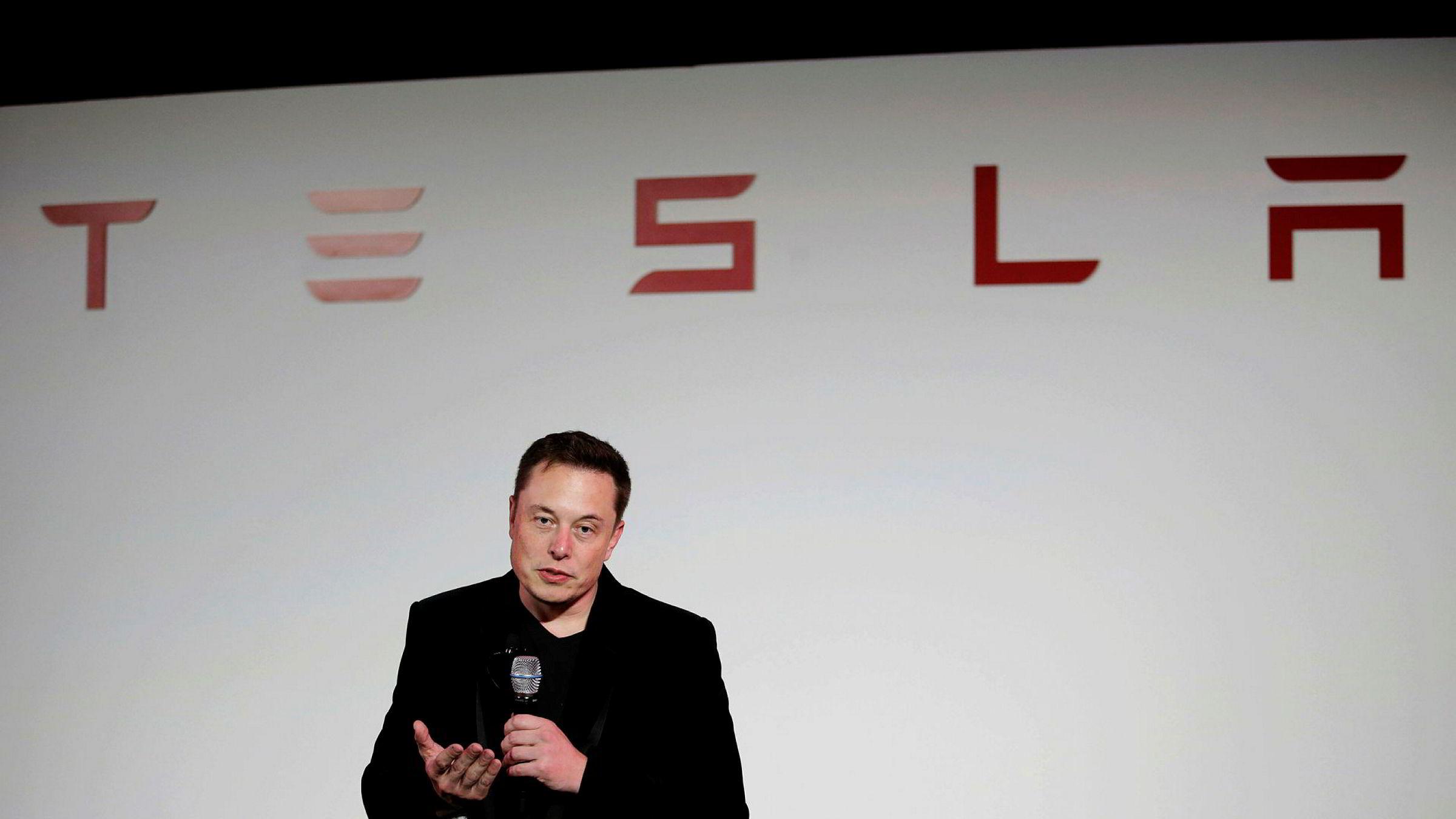 Elon Musk virker svært spent på det nye Tesla-produktet på Twitter. Her fra selskapets hovedkvarter i California i 2015.