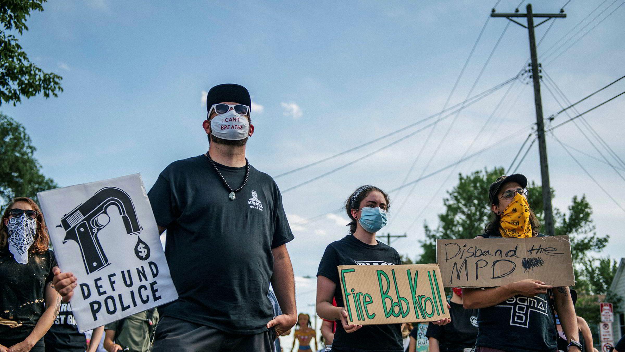 Protestene etter drapet på George Floyd fortsetter i USA. Her fra Minneapolis der demonstrantene krever ledende politifolk fjernet.