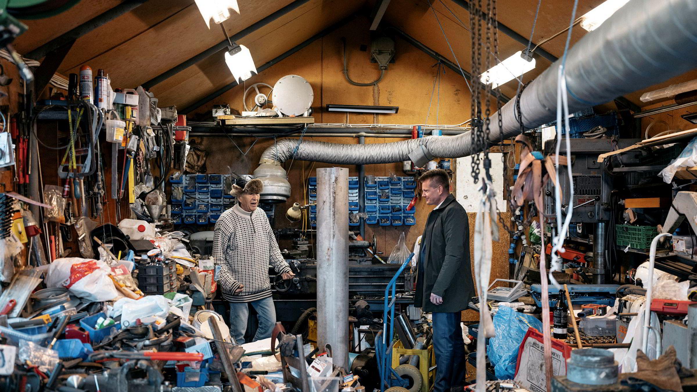 Danske Kristian P. Olesen har brukt utallige timer i verkstedet sitt på Vassøy utenfor Stavanger. Nå får han lønn for strevet. Ole Kristian Sivertsen (til høyre), administrerende direktør i selskapet Desert Control, har fått ansvaret for å kommersialisere teknologien.