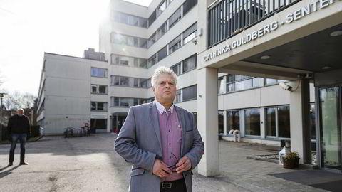 Sykehjemsjef Vidar Haukeland på Lovisenberg slo alarm i DN om at sykehjemansatte jobber på tvers av institusjonene og dermed sprer smitte uten å vite det. Nå er han glad for at Oslo kommune har valgt å begrense ansattes mulighet til å jobbe på flere sykehjem.