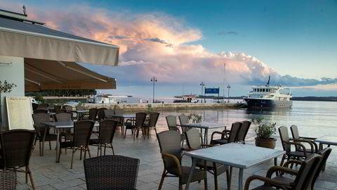 Kafeer og restauranter ligger øde i havnen i Fazana i Kroatia tirsdag denne uken. Lokalt næringsliv lider under nedstengningstiltakene.