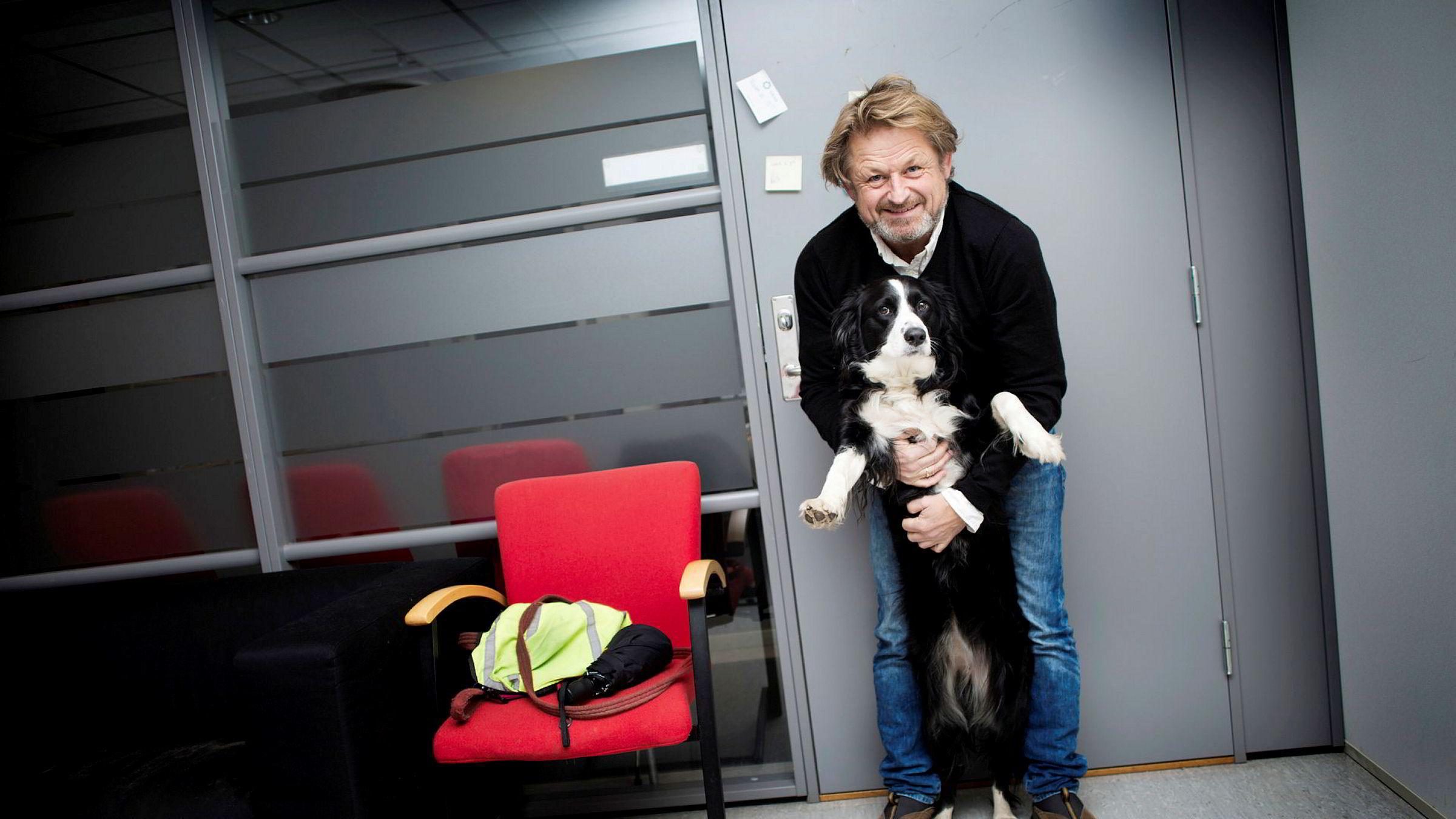 Forskningsleder ved Folkehelseinstititittet, Karl Erik Lund, leker med sin tre år gamle hund Rosa på kontoret.