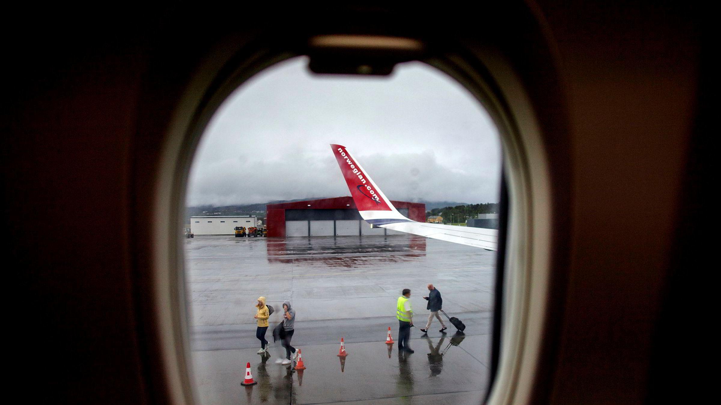 Norwegian har på egen hånd valgt å fly færre avganger – for å få opp fortjenesten. Men nå merker reisebyråene nye holdninger til flyreiser hos de viktige forretningsreisende. Her fra Alta lufthavn.