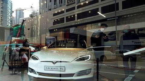 Tesla-aksjen har fått seg en real nedtur etter koronaviruset. Her fra en Tesla-butikk i Hongkong i februar i år.