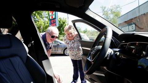 Arvid Moss, direktør for Energi i Hydro, viser statsminister Erna Solberg (H) en elbil med batteri om den planlagte fabrikken kan resirkulere.