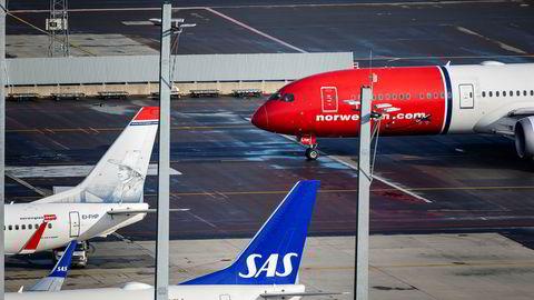 Flyselskapene ønsker selvfølgelig ikke å gjøre det så vanskelig som mulig for egne kunder, skriver innleggsforfatteren. Her står Norwegian- og SAS-fly på Oslo lufthavn.