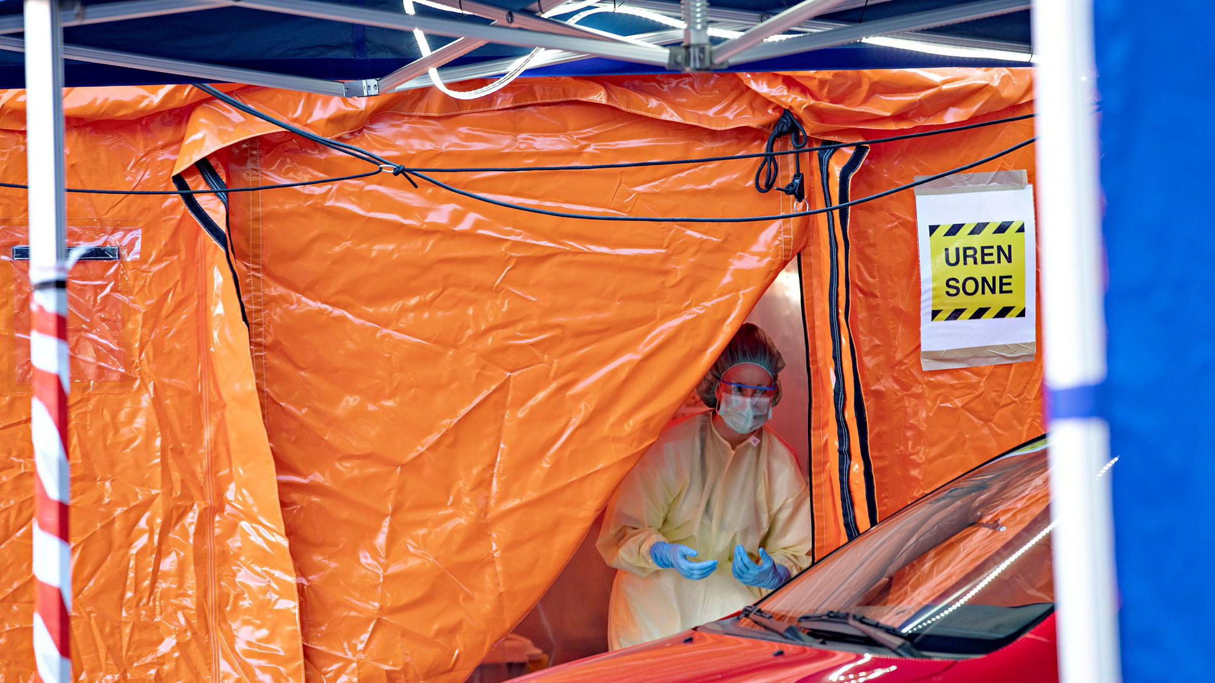 Tallene på hvor mange nordmenn som er smittet og syk, er misvisende, fordi vi primært tester risikogruppene. Kostnadene ved å også teste tilfeldige utvalg er svært små sett i forhold til stengte operasjonssaler, konkurser og massearbeidsledighet. Her blir pasienter med avtale testet utenfor Aker sykehus.