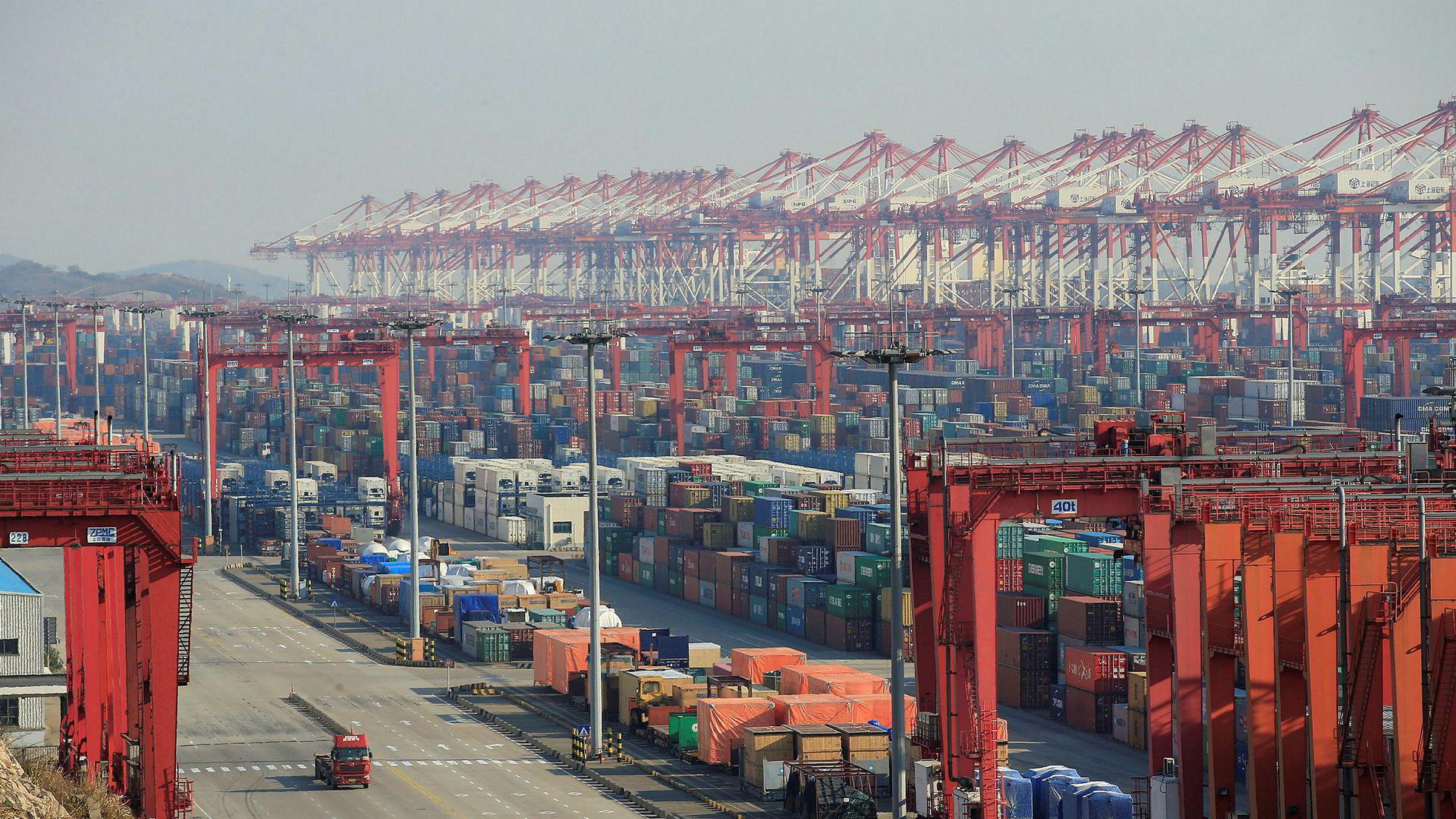 Aktiviteten i kinesisk industri stupte i februar, ifølge de siste PMI-indeksene. Blant annet har antall containere som venter på å bli fraktet økt voldsomt. Her illustrert ved et bilde fra havnen i Shanghai.