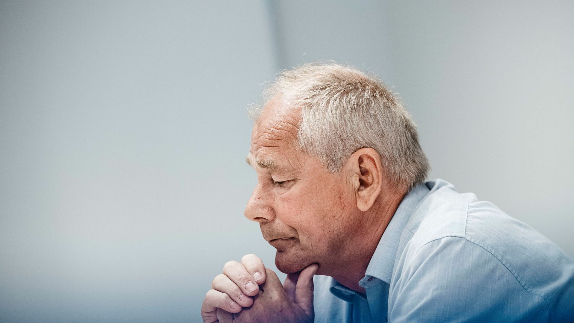 Morten Falstad driver firmaet Formueforsikring. Han har vært i kontakt med flere kunder hos Indigo Finans og prøver nå å hjelpe dem med å få solgt de gjenværende verdiene. Falstad har kontor i kjøpesenteret Saga 2 som eies av kunder i Indigo Finans.