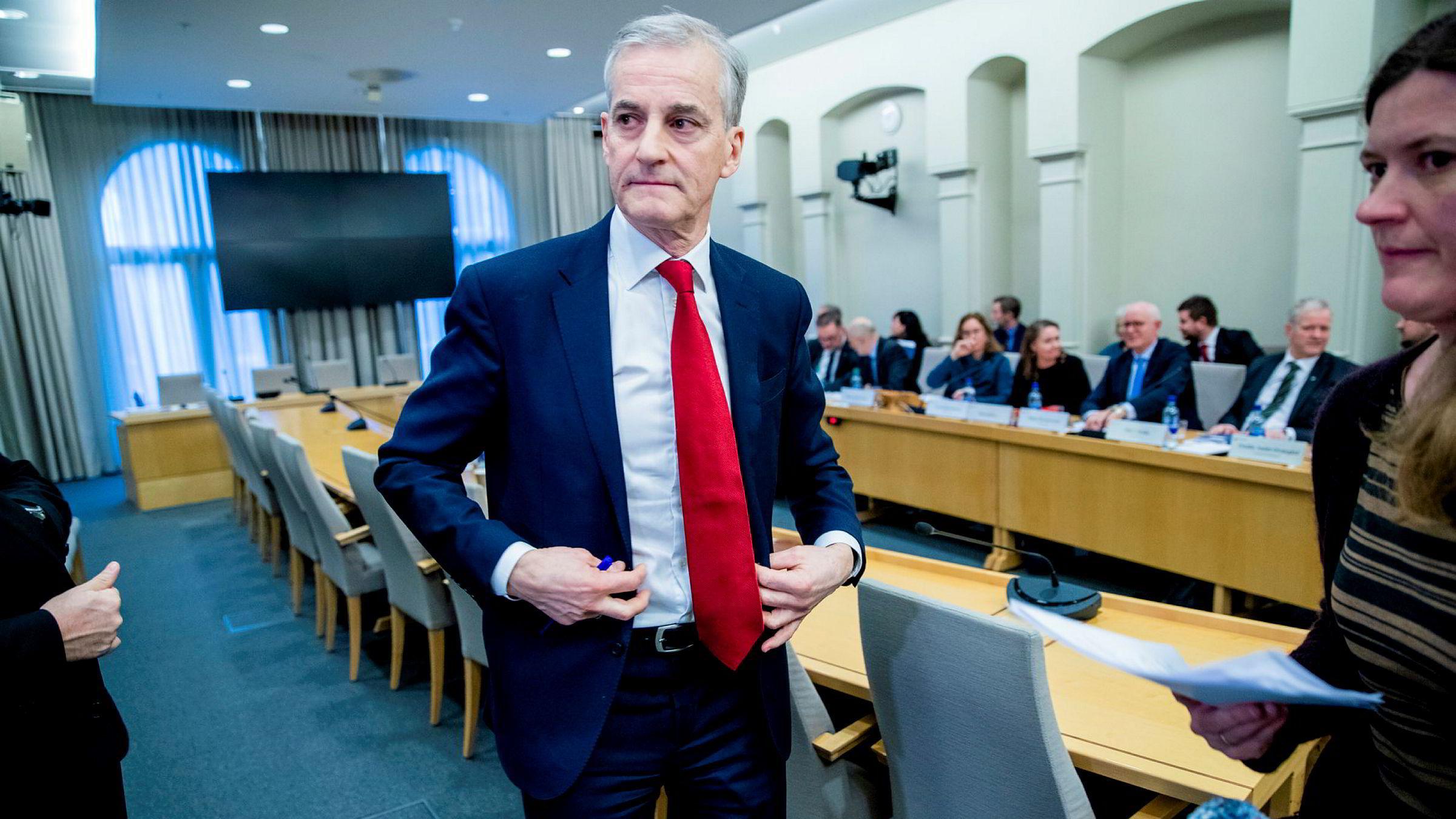 Endelig en opptur for Arbeiderpartiet og leder Jonas Gahr Støre, her etter høringen om trygdeskadalen i Stortingets kontroll- og konstitusjonskomité denne uken.