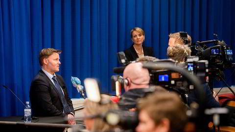 Fungerende assisterende direktør i Helsedirektoratet, Espen Nakstad, og avdelingsdirektør Line Vold var til stede på pressekonferansen 26. mars der rådene ble lagt frem.