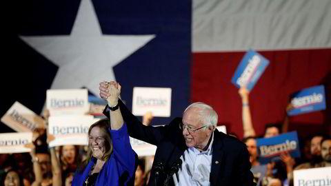 Bernie Sanders har vunnet Demokratenes nominasjonsvalg i Nevada, her fotografert etter seieren sammen med sin kone Jane.
