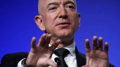 Multimilliardæren Jeff Bezos, som er toppsjefen og hovedeier i Amazon, har måttet handle for å hindre dem som vil tjene raske penger på koronakrisen.