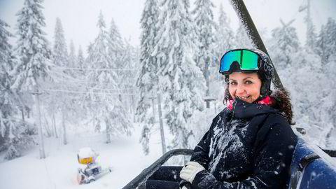 Camilla Sylling Clausen, generalsekretær i Alpinanleggenes Landsforening, fryder seg over pen vekst i heiskortsalget i sesongstarten, men liker dårlig mildværet som preger store deler av landet.