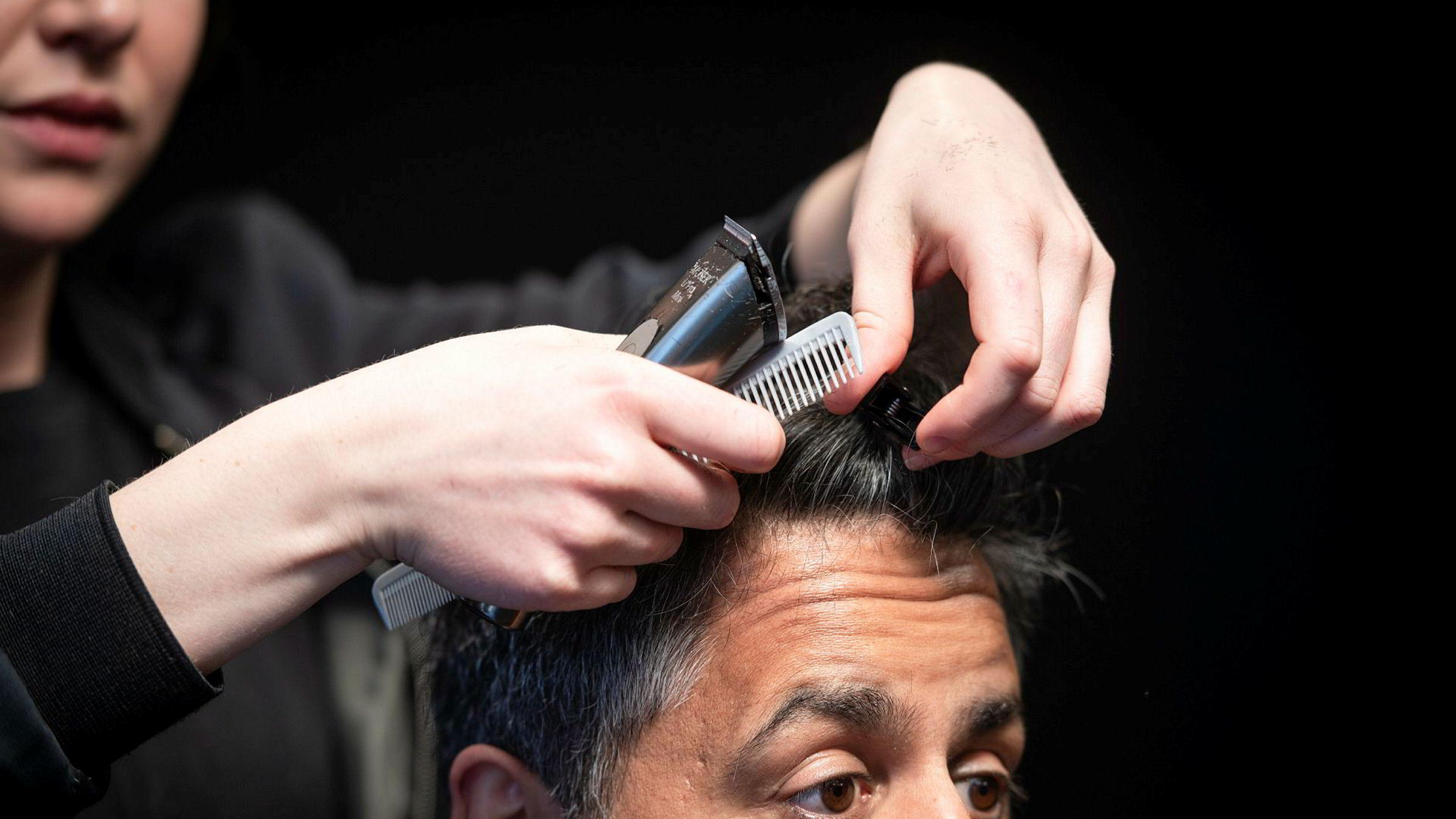 Skal spare på å flytte statlige arbeidsplasser. Og på å klippe håret. Venstres Abid Raja i frisørstolen hos Liv Martem Midttun på Cutters i Stortingsgaten i Oslo.